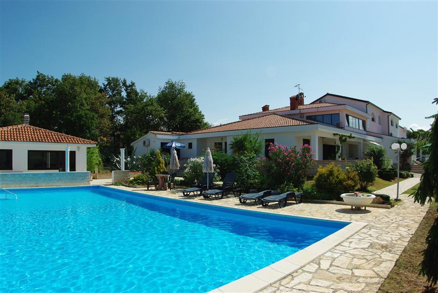 hotel-holiday-pool